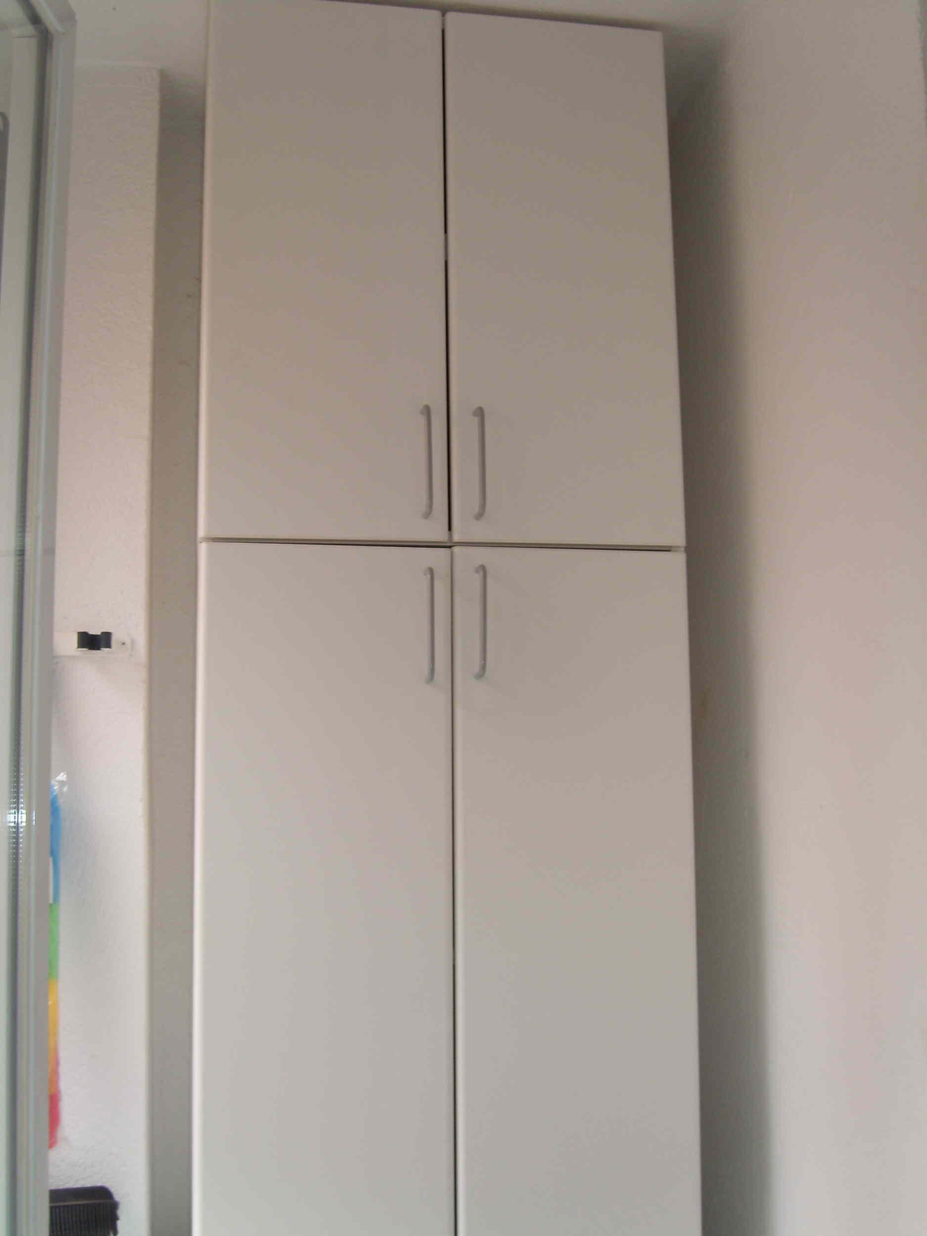 El tendedero sin ser excesivamente grande aprovecha el - Como hacer puertas de armario ...