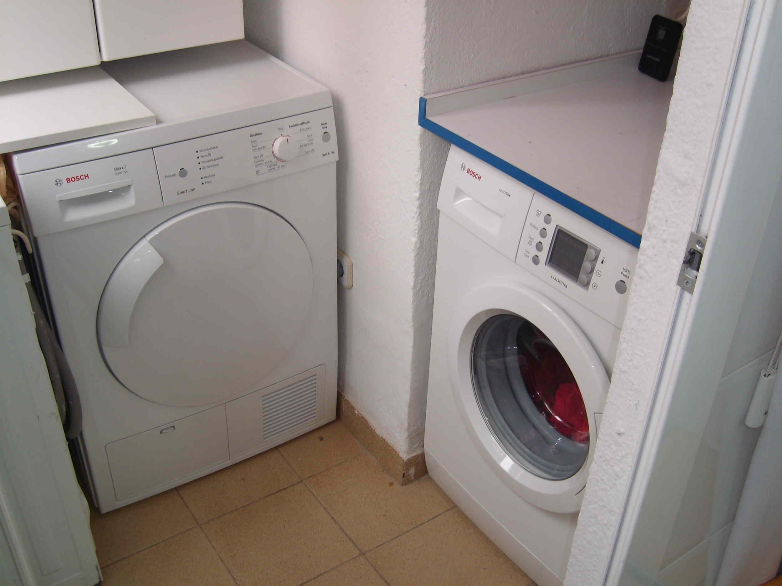 La vivienda dispone de unas molduras de escayola en salón, entrada y